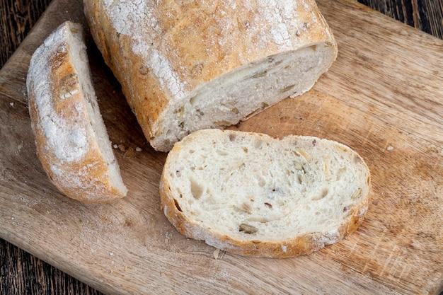 焼きたての小麦パン一斤