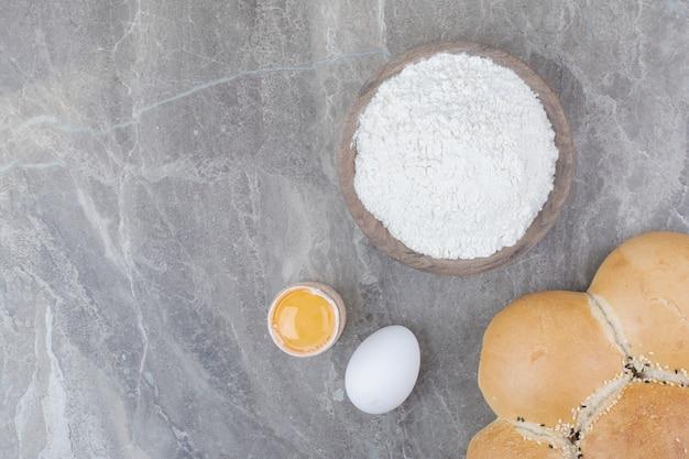木の板に卵黄と小麦粉と白パンのパン