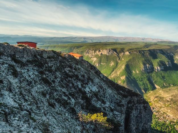 Одинокий дом на скале в горах кавказа.