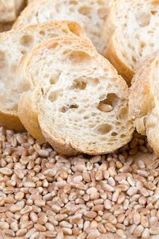 小麦粉で作った長いバゲット