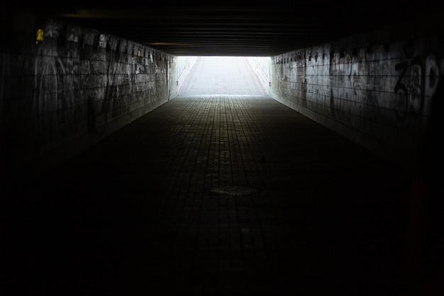 長いコンクリートのトンネル、市内の地下横断歩道。地下道。