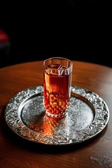 Коктейль для лонг-дринка со льдом в винтажном бокале для хайбола на серебряном подносе