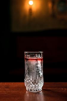 Прозрачный слоистый коктейль для лонг-дринка со льдом в бокале для хайболла в баре