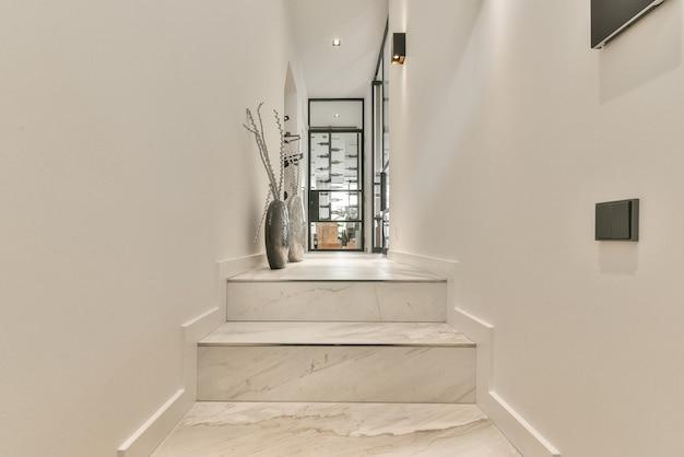 ミニマルなスタイルでデザインされた長い空の廊下