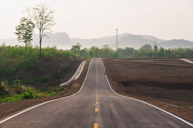 山に向かう長い直線道路
