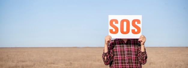Заблудший человек в пустыне, у человека проблемы, поиск пункта назначения, знак sos