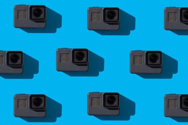 파란색 배경 비디오 촬영 개념에 많은 액션 카메라