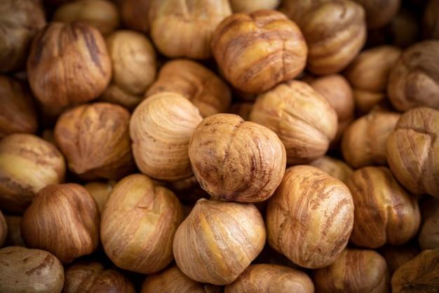 Крупным планом много миндальных орехов.