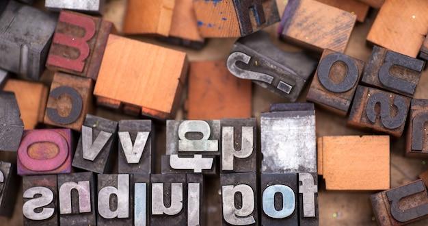 たくさんのアルファベットスタンプ、ブロック文字