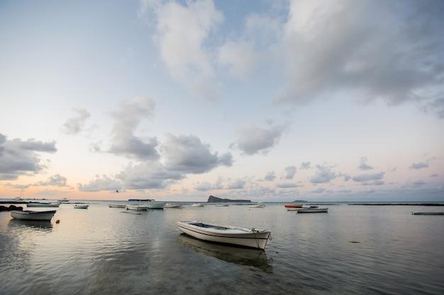 日没時のボートがたくさん。モーリシャス島
