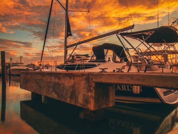 Много лодок в марине с закатом