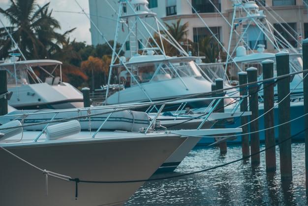 Много лодок в морском
