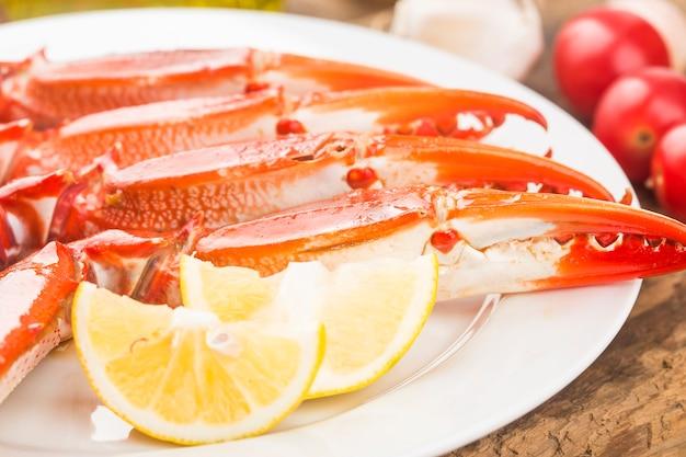 茹でた蟹の爪がたくさん
