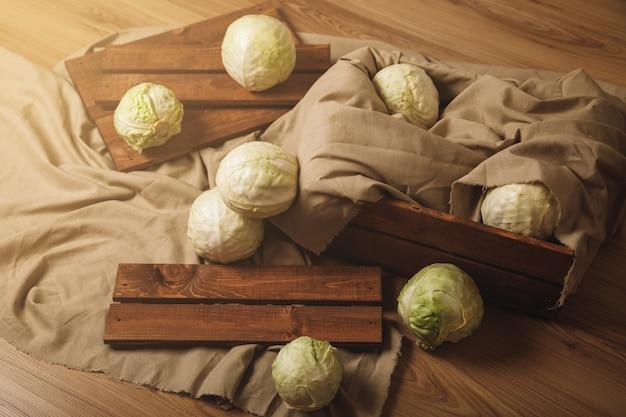 나무 상자와 그 근처에 많은 양배추