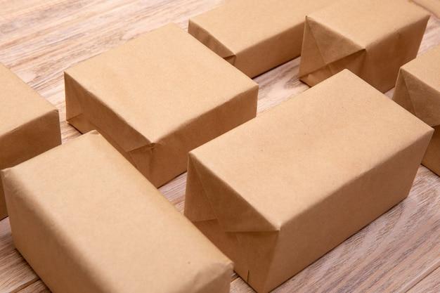 흰색 나무 배경에 많은 판지 상자. 평면도.