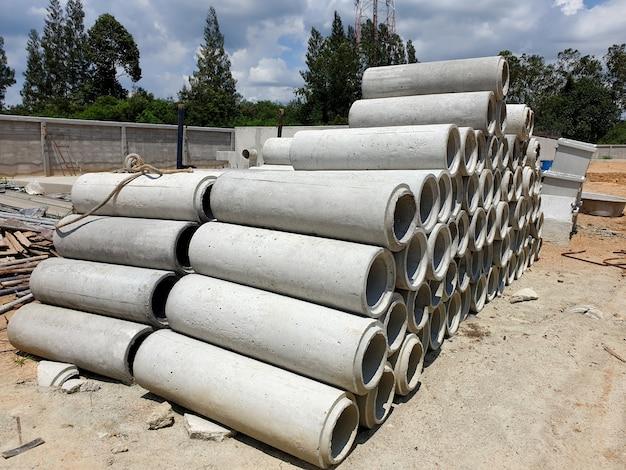 На строительной площадке проложено много цементных дренажных труб