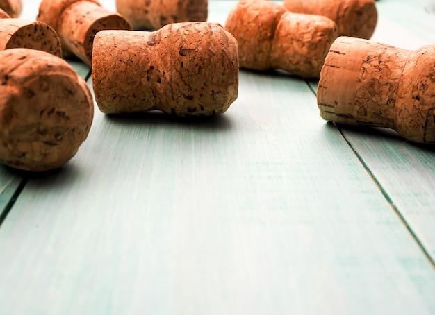 Много пробок от шампанского в качестве фона или субстрата, для вина