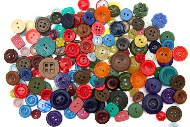 Много красочных пуговиц для пришивания