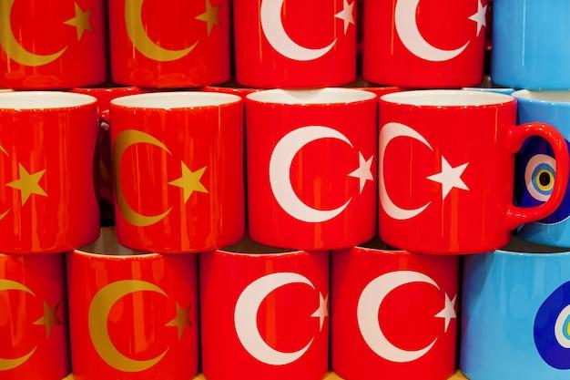 市場に出回っているトルコ国旗の写真が入ったカップがたくさん Premium写真