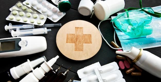多くの異なる薬、薬、木製の白いテーブルに他の薬