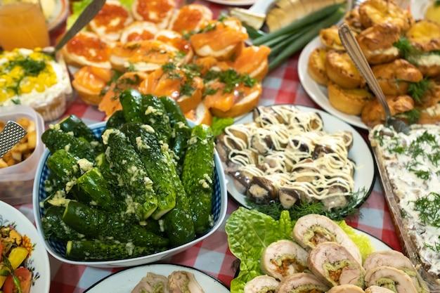 Много разной еды на банкетном столе