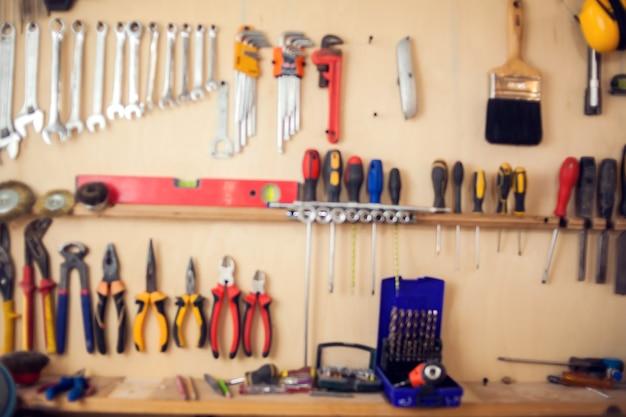 作業所での修理および製造サービスのためのさまざまなツール。ぼやけた画像