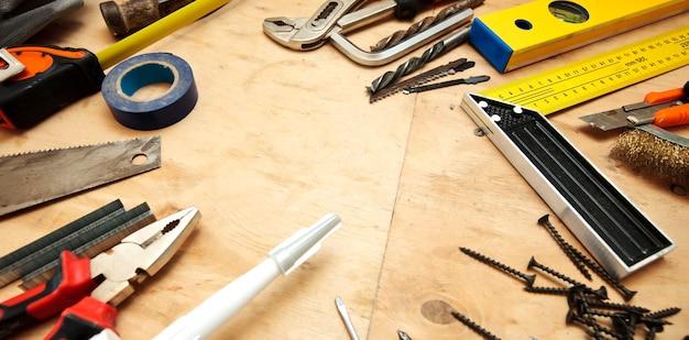 木製の汚れたテーブルのさまざまなツールがたくさん
