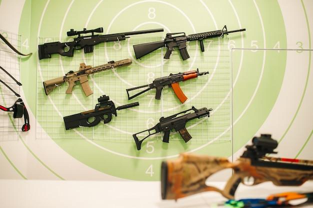 Множество различного оружия для стрельбы в тире. пневматические пушки для тренировочной стрельбы.