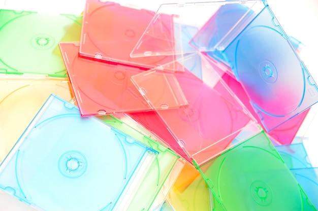 Много дисков, изолированных на белом фоне