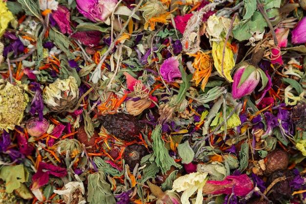 Много сухоцветов к чаю, чтобы добавить смесь натуральных антиоксидантов