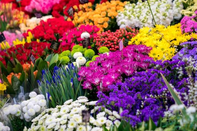 大阪の黒門市場(魚市場)のフラワーショップにはたくさんの花があります。