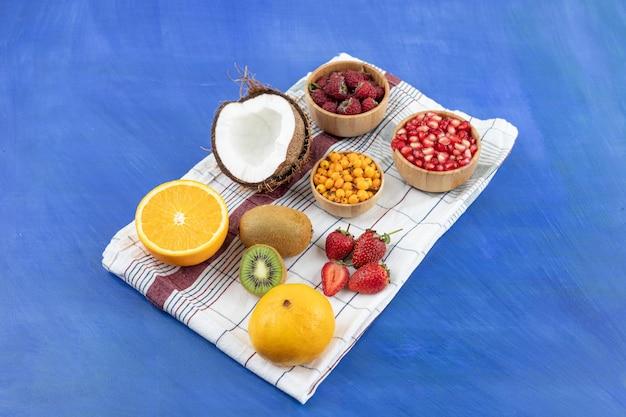 Много свежих вкусных фруктов на скатерти