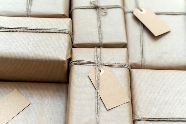 再生紙に包まれたプレゼントがたくさん