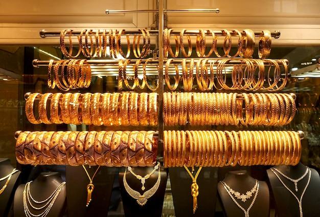 Много золотых ожерелий и браслетов