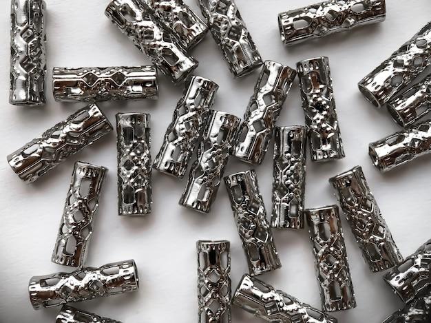 Множество разложенных разъемов на белом фоне. материалы для создания украшений. хенд мейд концепция.