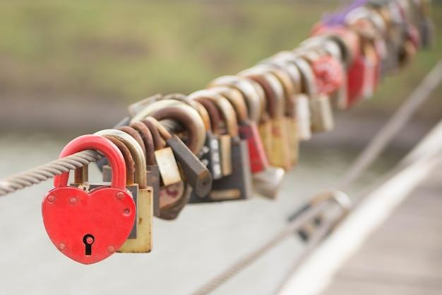 많은 사랑의 자물쇠가 밧줄에 매달려