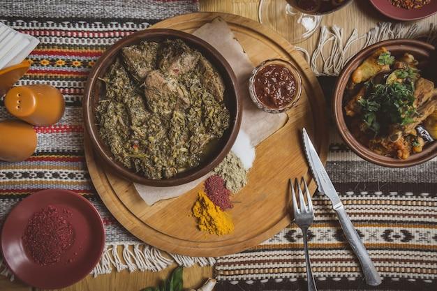 テーブルの上にたくさんの肉料理。グルジア料理