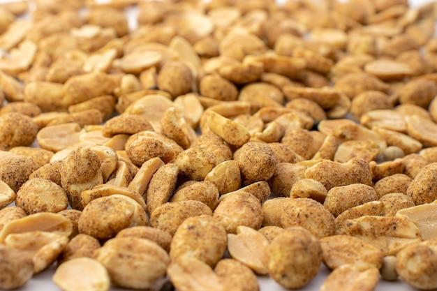 クローズアップのナッツがたくさん、コショウが入ったスパイシーなナッツがたくさん、ナッツの背景