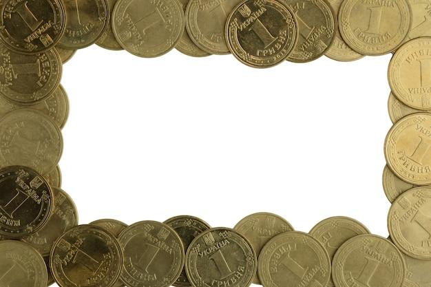 흰색 배경에 가장자리 주위에 흩어져 있는 철 노란색 동전의 많은 사진