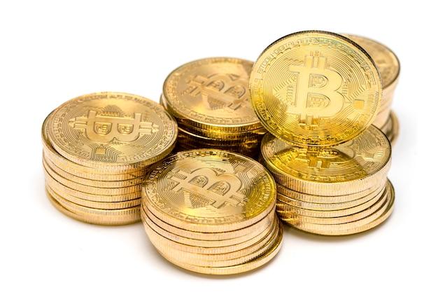 물리적 반짝이 황금 bitcoin의 많은 흰색 배경에 격리 누적됩니다.