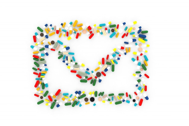 Много таблеток разбросаны на белом фоне в форме конверта сообщения