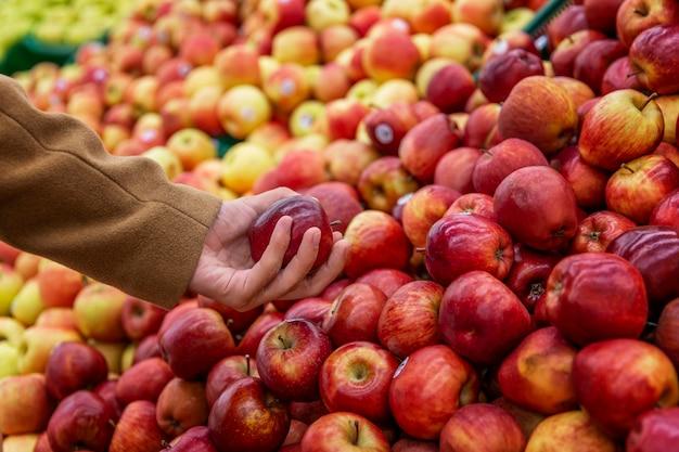 Много спелых сочных яблок на прилавке в магазине. диета и здоровое питание. вид сверху.