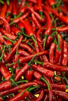 Много маленьких красных острых перцев чили