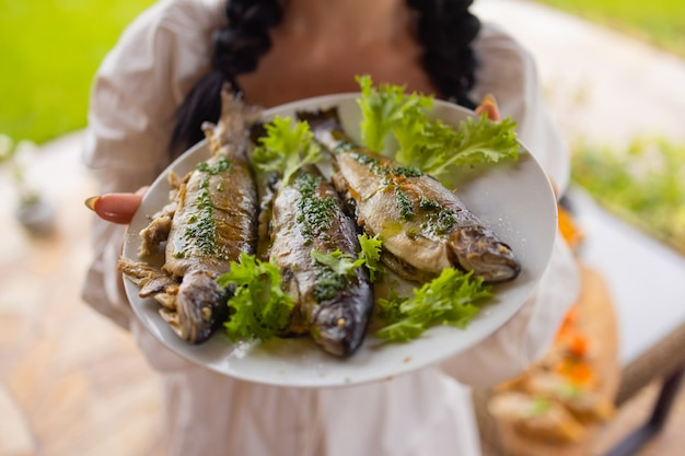 접시에 테이블 클로즈업에 많은 훈제 생선.