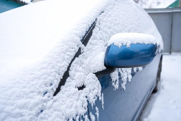 Снег на синей машине крупным планом