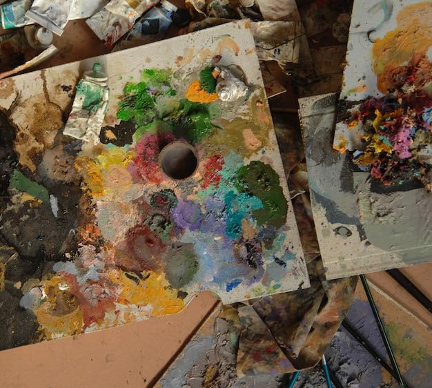 Много использованных тюбиков художественной кисти вид сверху cconcept художественный и творческий хаос