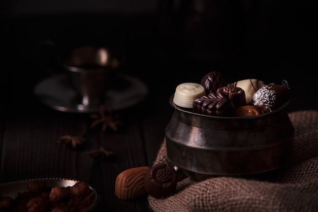 Много разнообразных шоколадных конфет много вкусов бельгийских десертов