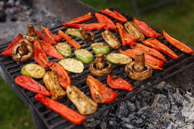 На гриле много овощей. кейтеринг приготовление пищи для вечеринки на свежем воздухе барбекю