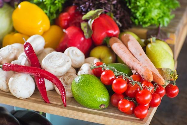 Много овощей на столе.