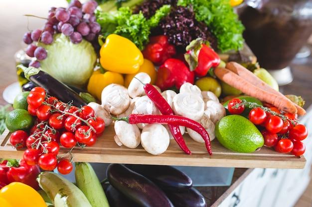 테이블에 많은 야채.